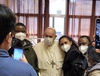 У свае імяніны Папа Францішак наведаў бедных, якія праходзяць вакцынацыю, і пачаставаў іх шакаладнымі яйкамі
